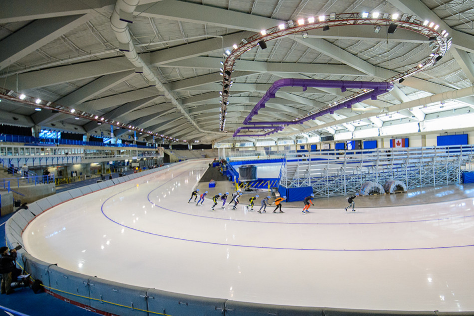 Big Race: The long distance mens mass start event gets underway during the 2015 Fall Classic long track speed skating event at the U of C Olympic Oval in Calgary on Sunday, Sept. 27, 2015. The three-day speed skating event hosts 17 races, and features competitors from all over the world. (Photo by Andy Maxwell Mawji/The Press)